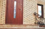 Как располагать входную дверь